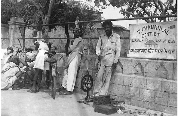 Old-and-rare-Photos-of-Karachi-Roadside-Dentist-in-Karachi-Old-and-rare-Pictures-of-Karachi
