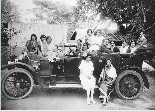 Rare-Old-Photos-of-Karachi-A-Parsi-family-in-Karachi-in-motor-car-1925-Old-and-rare-Pictures-of-Karachi